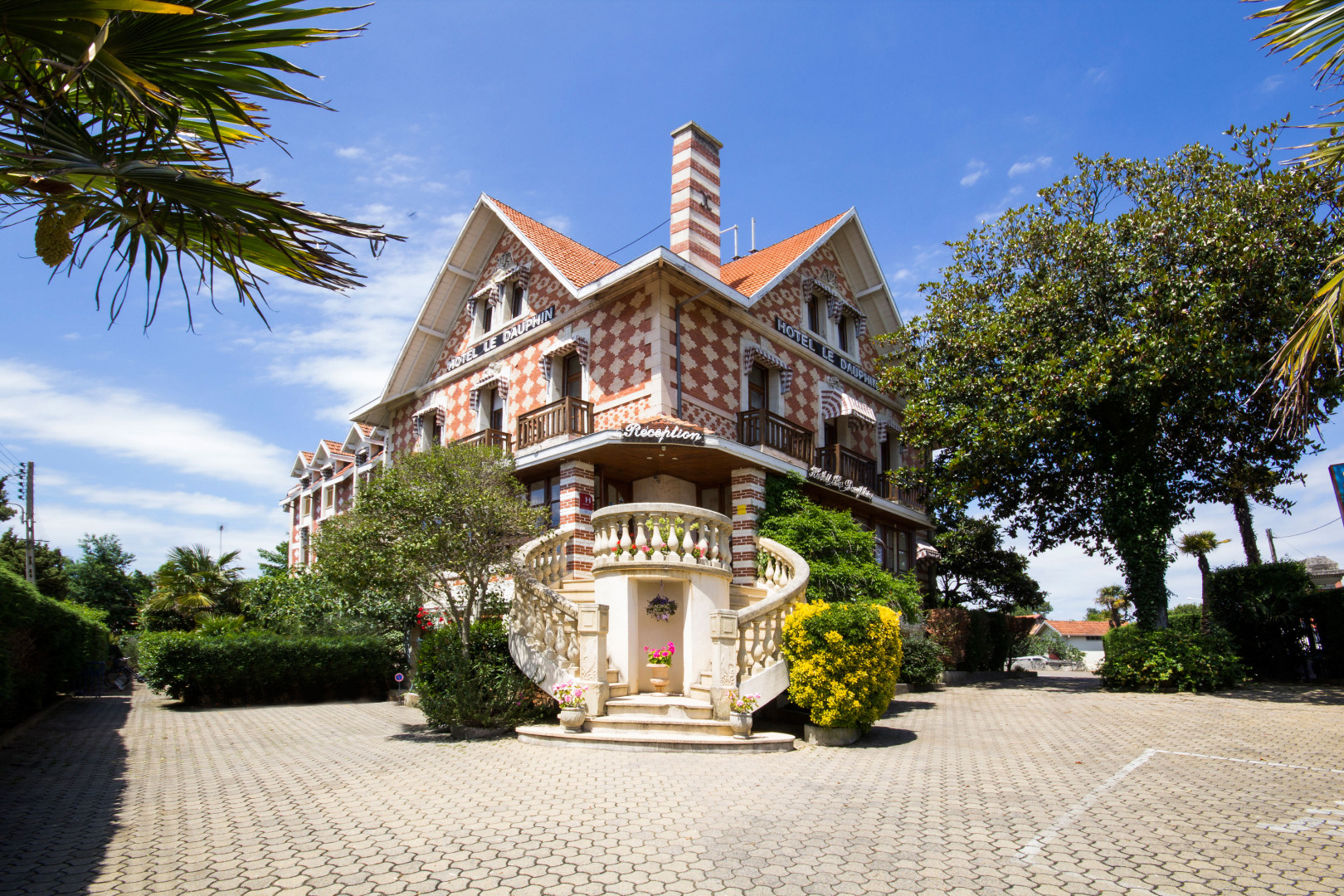 Arcachon hotel le dauphin official website for Hotel luxe france
